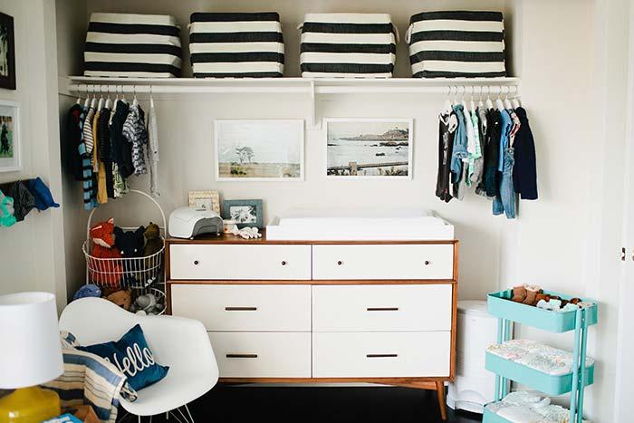 Caixas organizadoras são ótimas para closets infantis