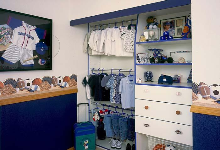 Closet de menino decorado com o esporte preferido