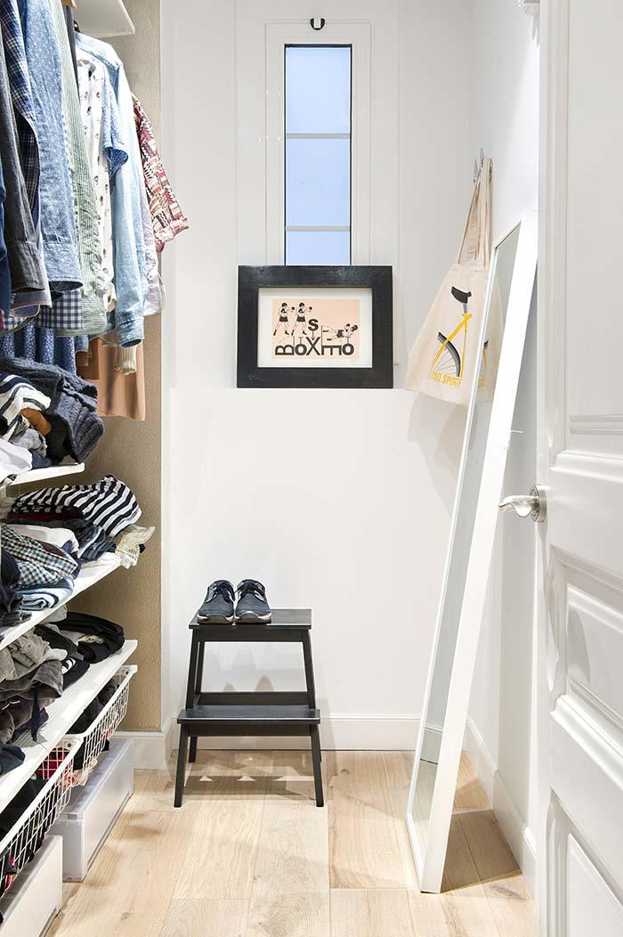 Closet pequeno aproveitando a parede do teto até o chão