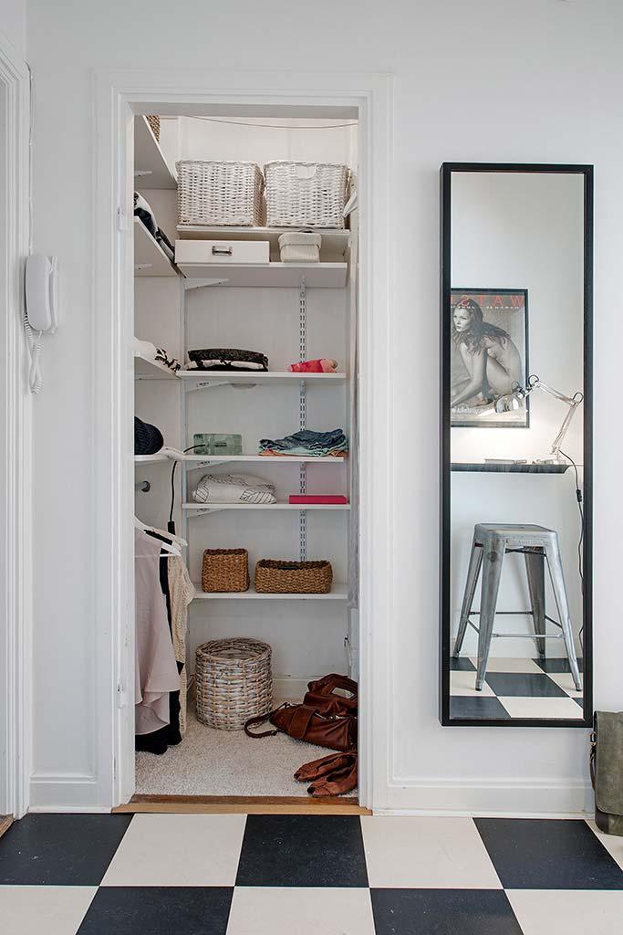 Closet pequeno só com prateleiras