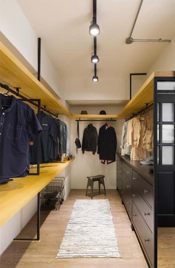 Araras e gavetas para organizar o closet