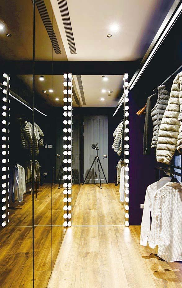 Espelhos ajudam a criar profundidade e amplitude em closets pequenos