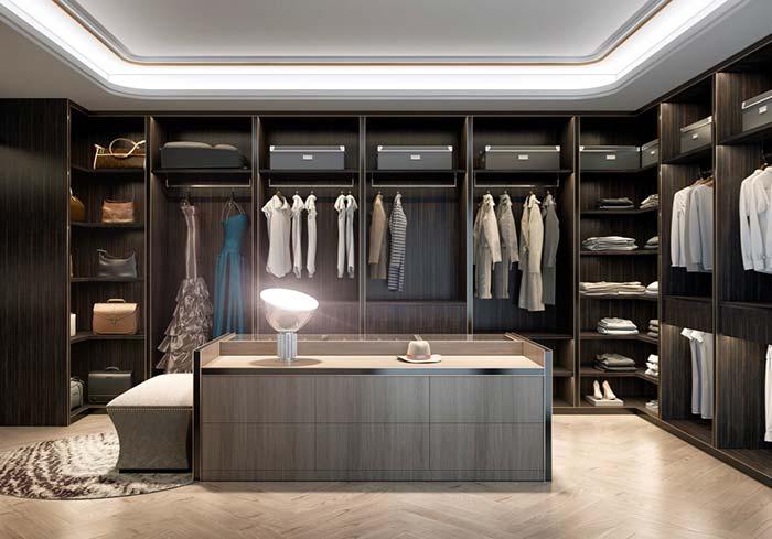 Madeira de tom escuro traz glamour ao closet