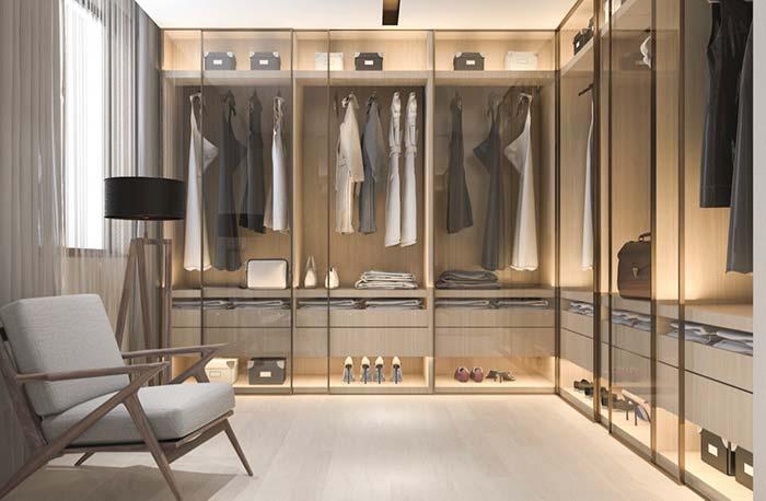 Portas de vidro deixam o closet refinado e de aparência delicada
