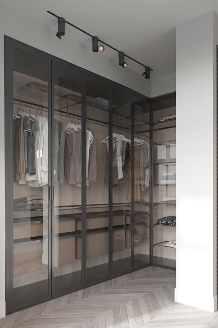 Closet aramado com prateleiras de vidro