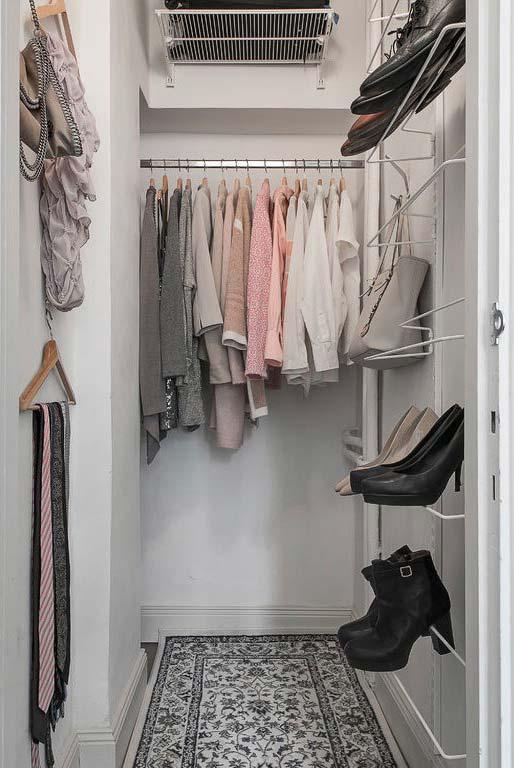 Sapatos sustentados pelo aramado na parede