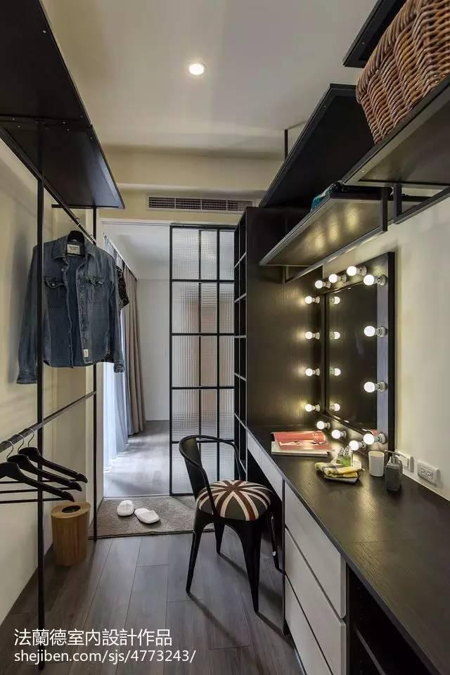 Closet simples com araras
