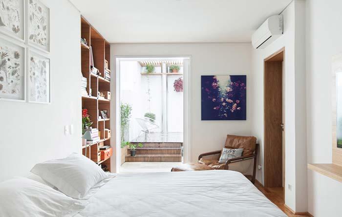Poltrona para quarto com estrutura de madeira e estofado