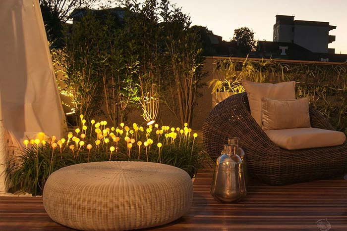 Pontinhos de luz alegram o jardim à noite