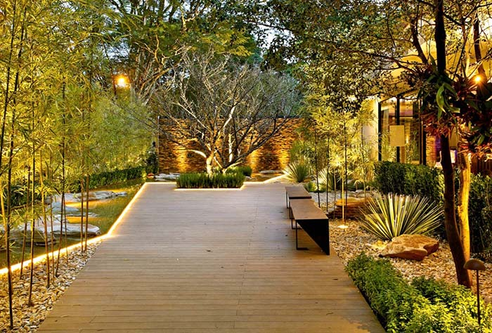 Mangueiras luminosas contornam o jardim