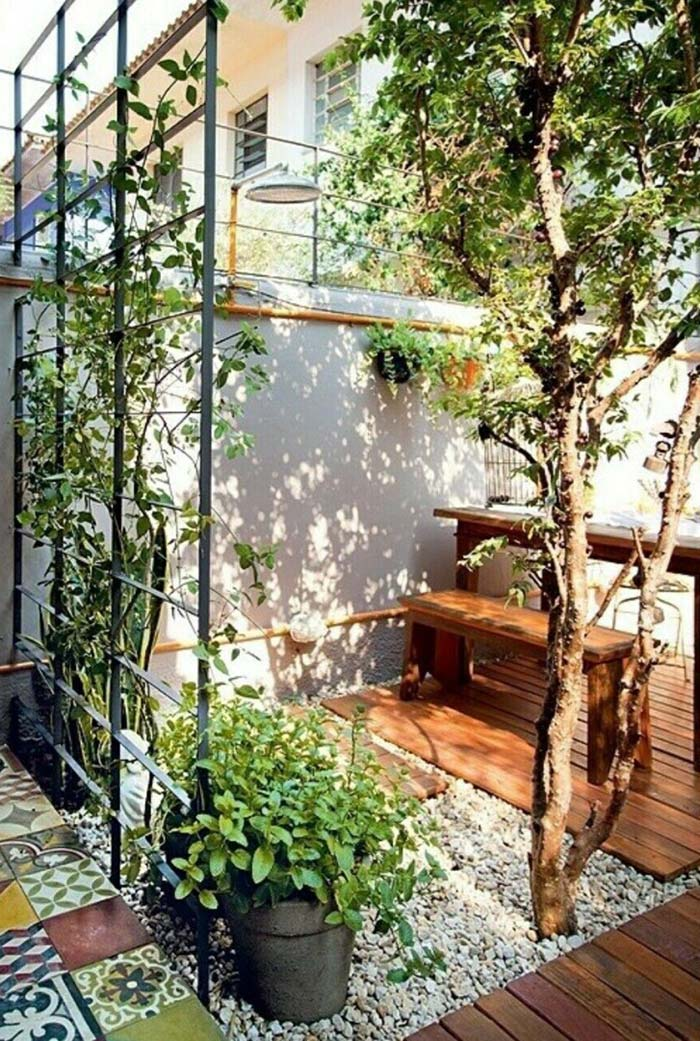 Cascalhos marcam área do jardim e acomodam vasos e móveis