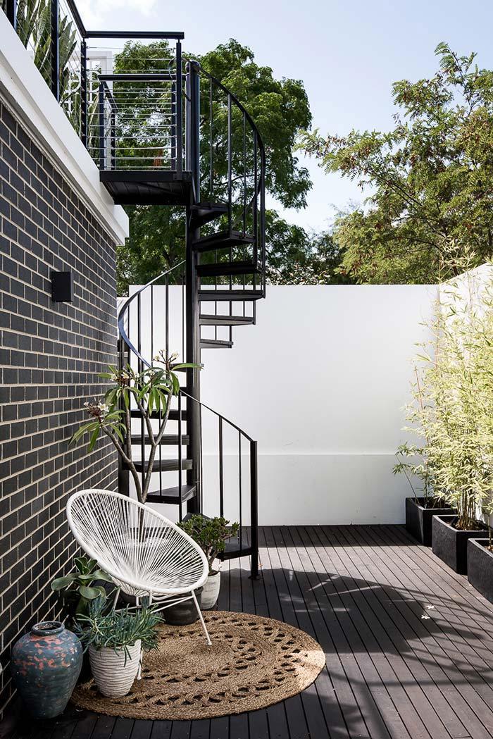 Em vasos, os bambus revestem a parede e as plantinhas menores