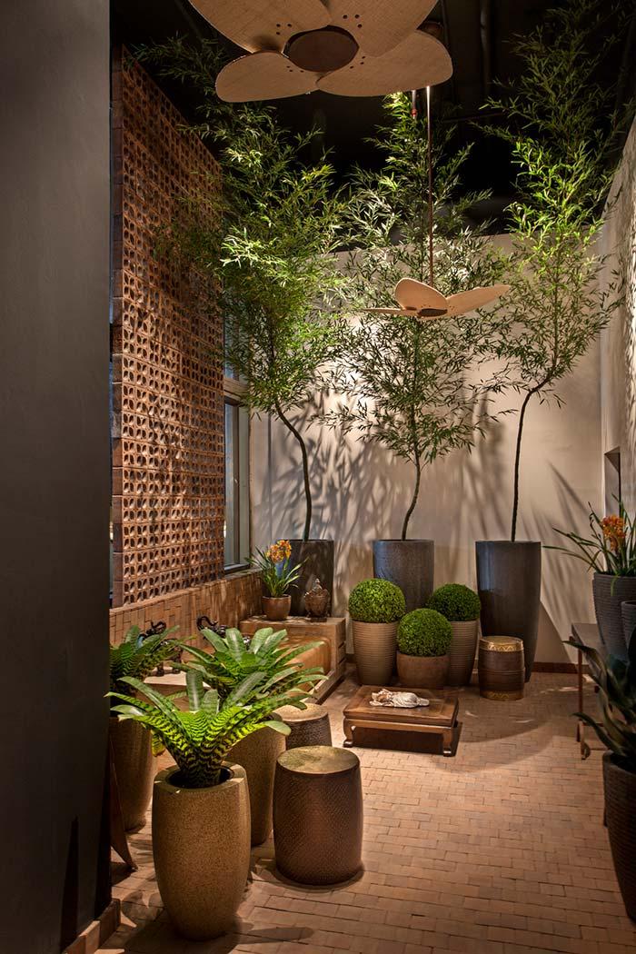 Área interna aconchegante com vasos de bambu