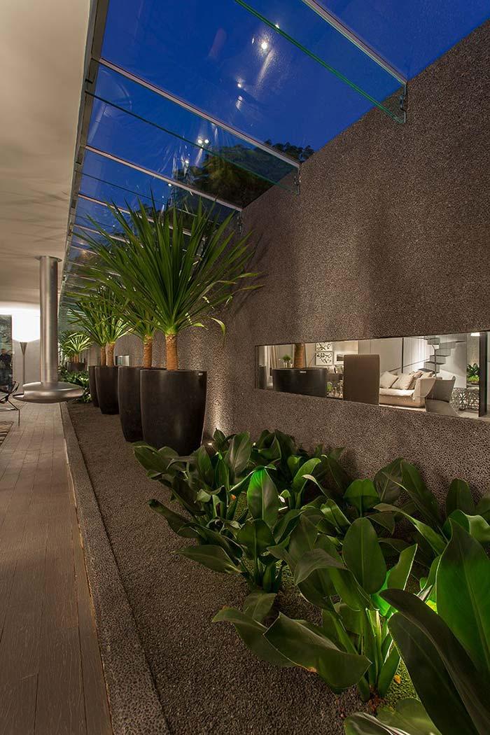 Teto de vidro com aberturas traz luz e ventilação na medida para esse jardim