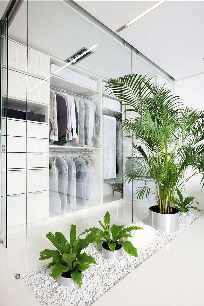 Pedras brancas do jardim contribuem para o visual clean da casa
