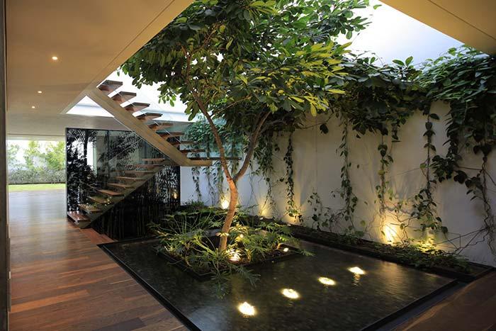 Jardim interno com lago artificial