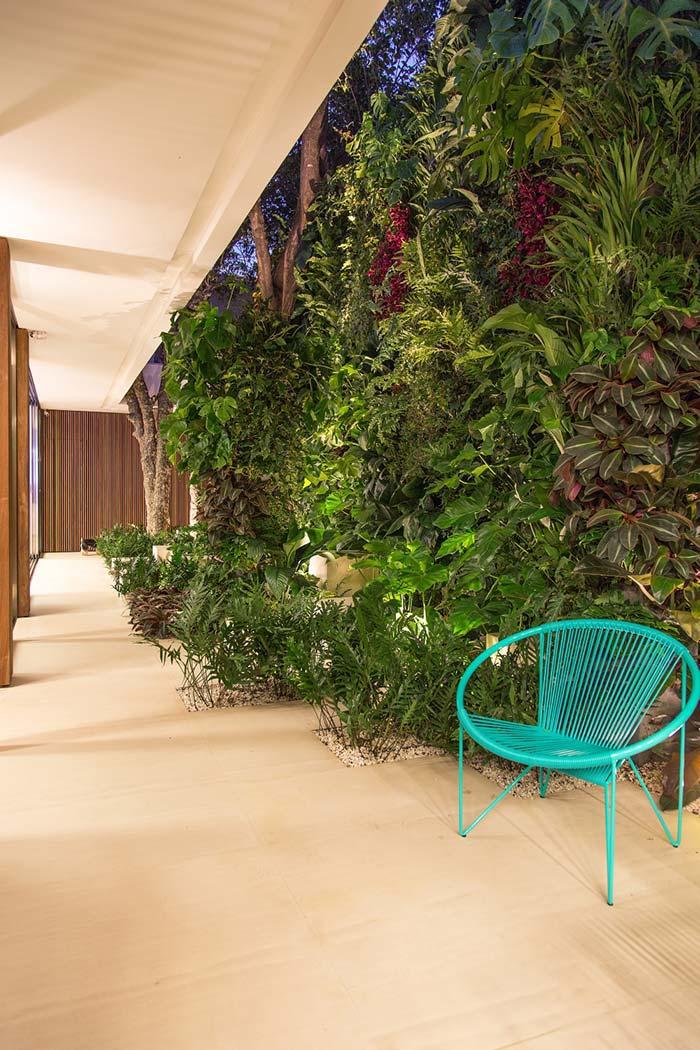 Jardim vertical que se estende pelo chão