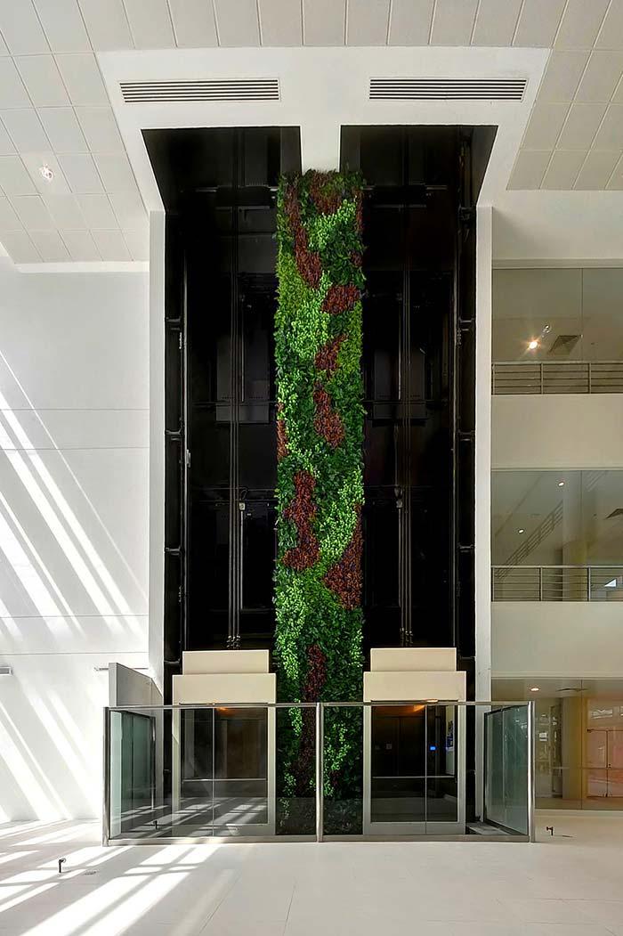 Coluna verde em composição elaborada de tons