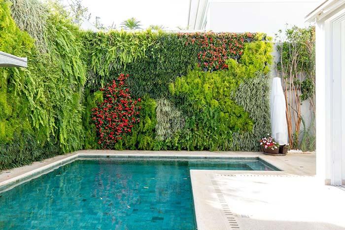 Jardim vertical na beira da piscina