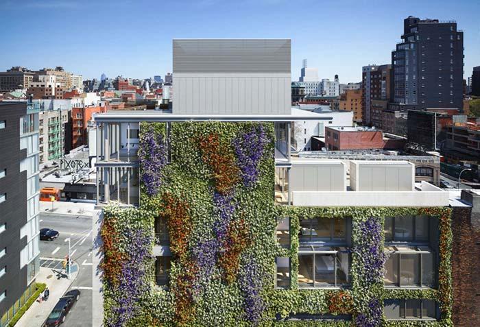 Prédio forrado externamente com jardim vertical