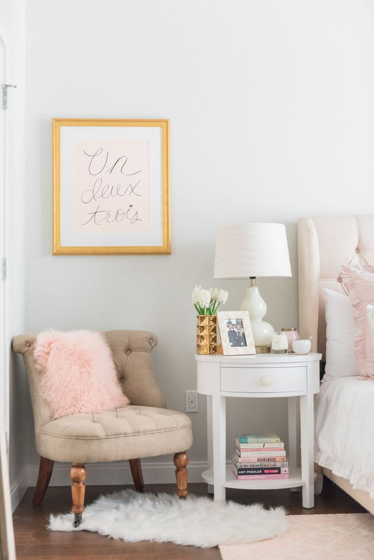 Tons de rosa e um criado-mudo para compor a decoração provençal do quarto