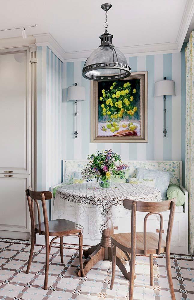 Flores, elemento indispensável da decoração provençal, presentes no quadro, na mesa, na cortina e no sofá