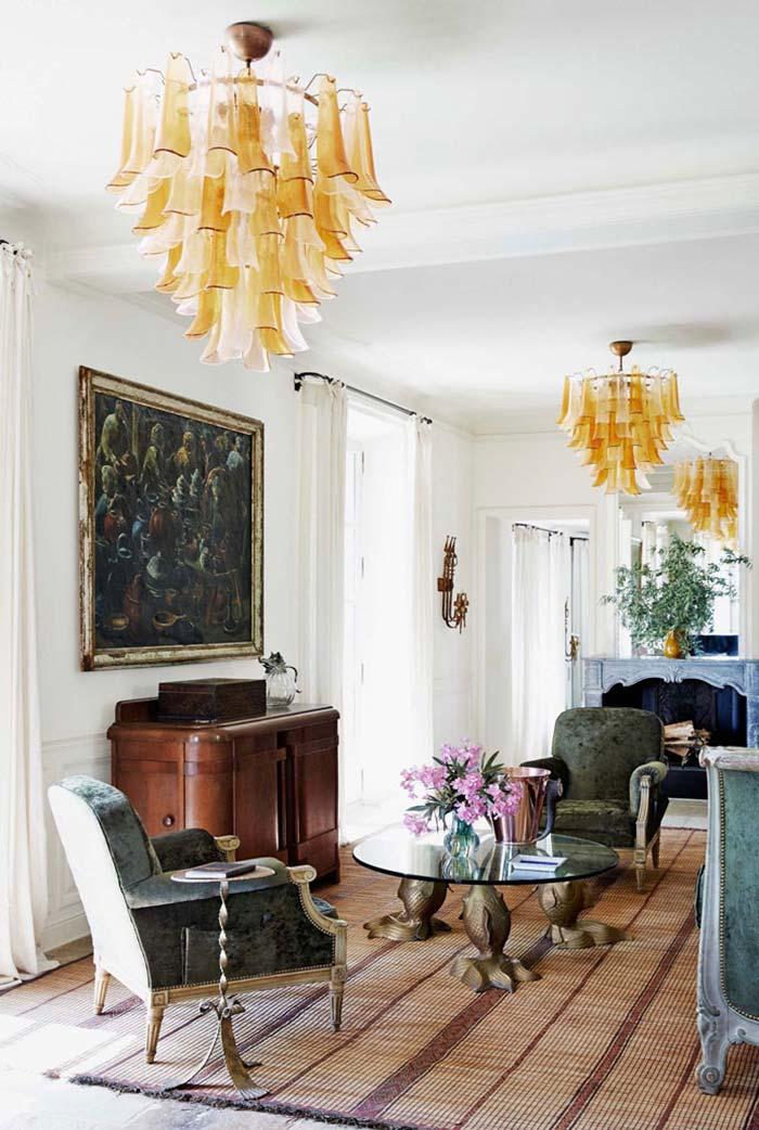 De paredes brancas, a sala abusou dos tons escuros para compor o estilo provençal