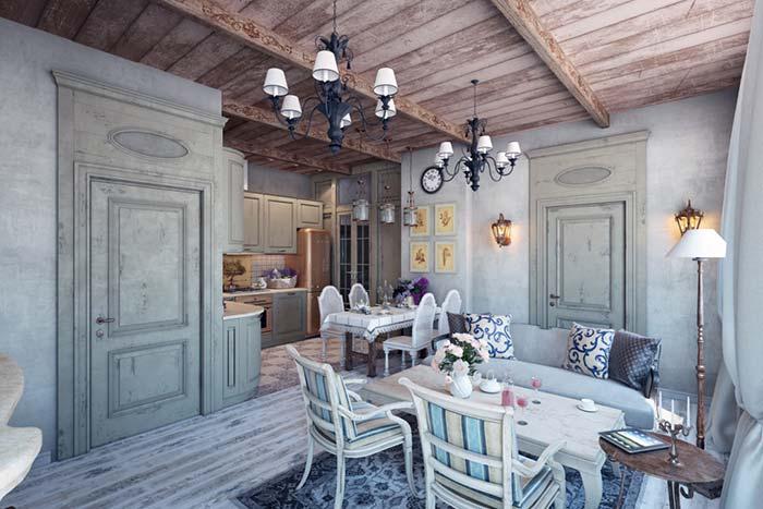 Teto de madeira e móveis desgastados