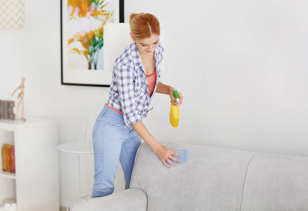 limpeza de sofá com detergente