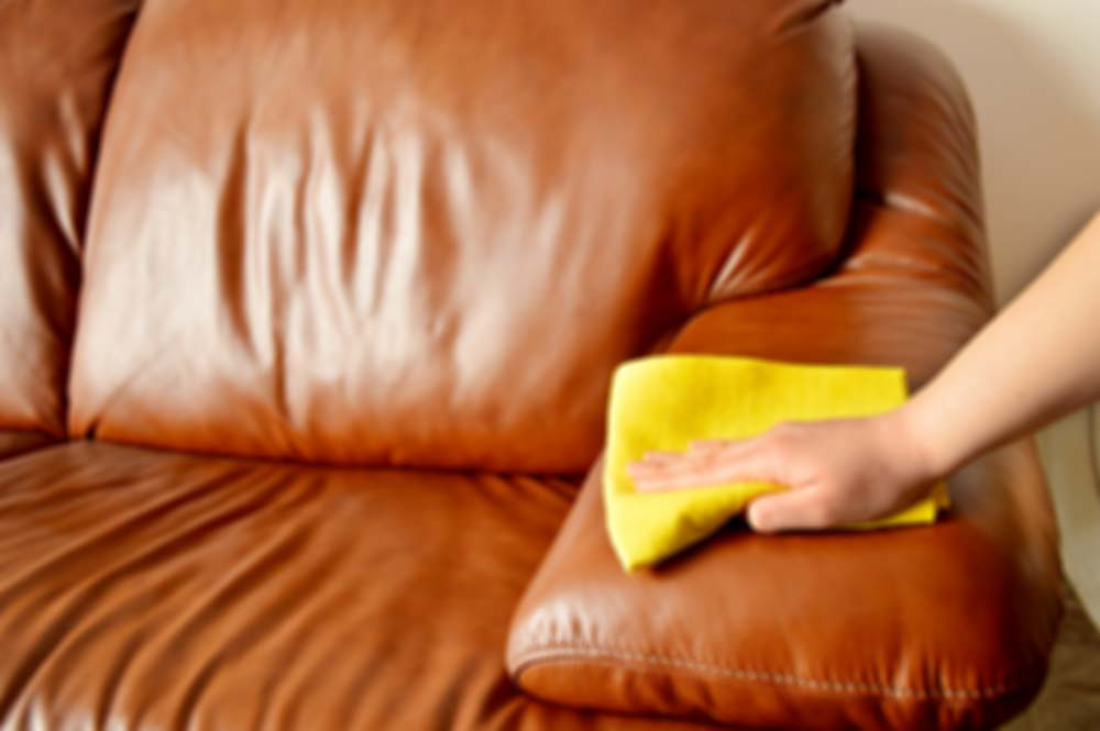 Esfregar mancha de sofá com tecido / pano