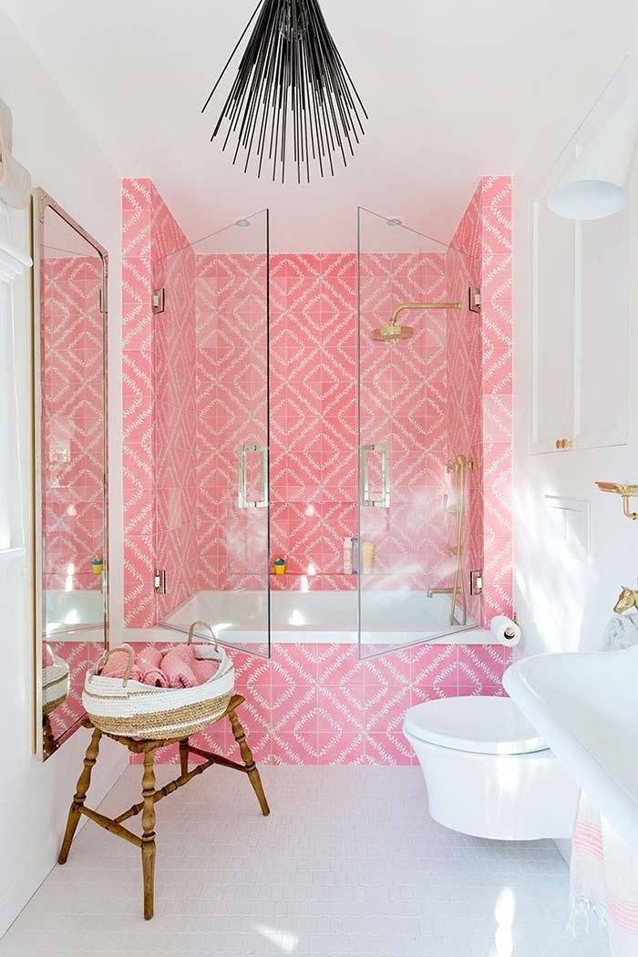 Banho cor de rosa no banheiro feminino