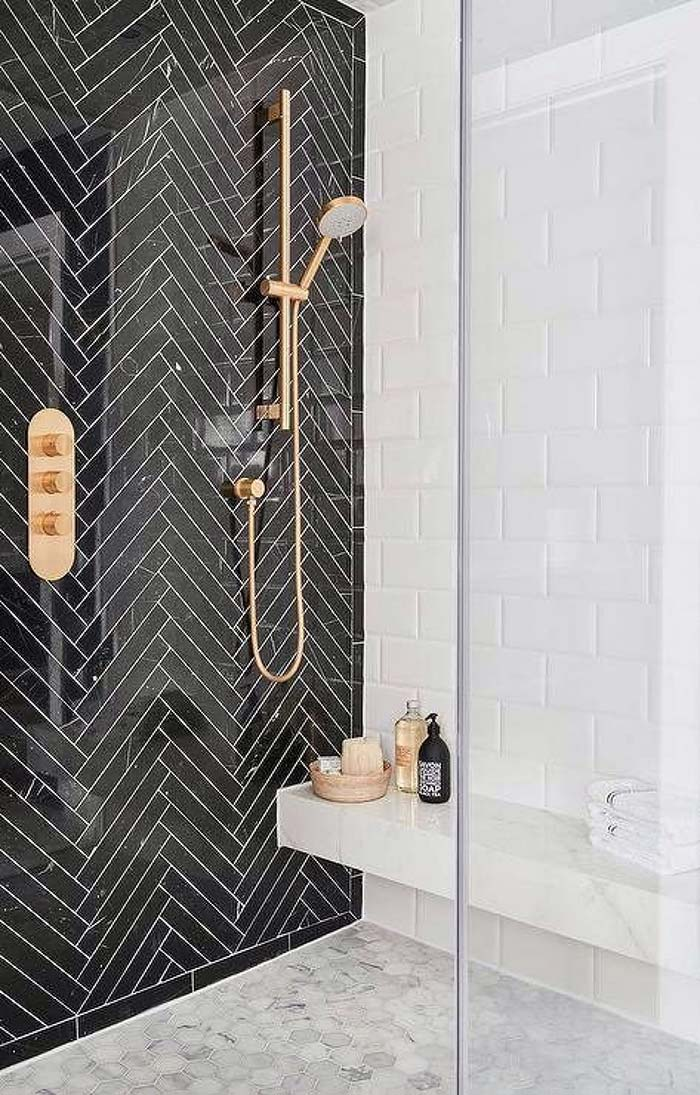 Banheiro feminino preto e branco