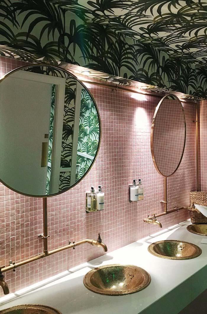 Papel de parede de folhas no banheiro feminino