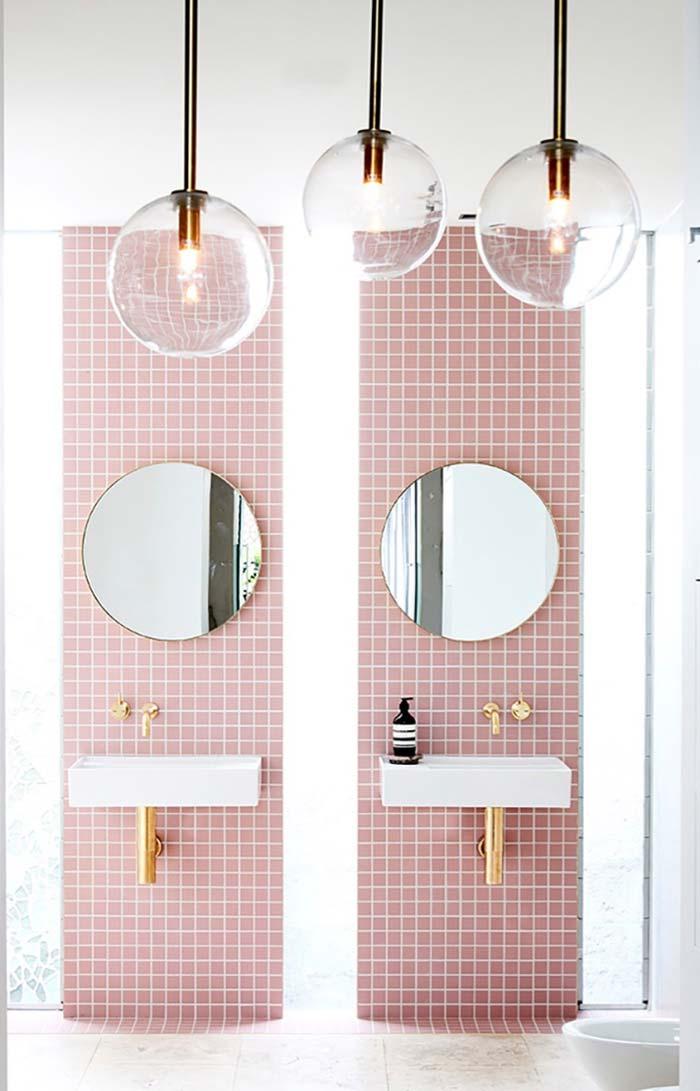 Pastilhas rosas no banheiro feminino