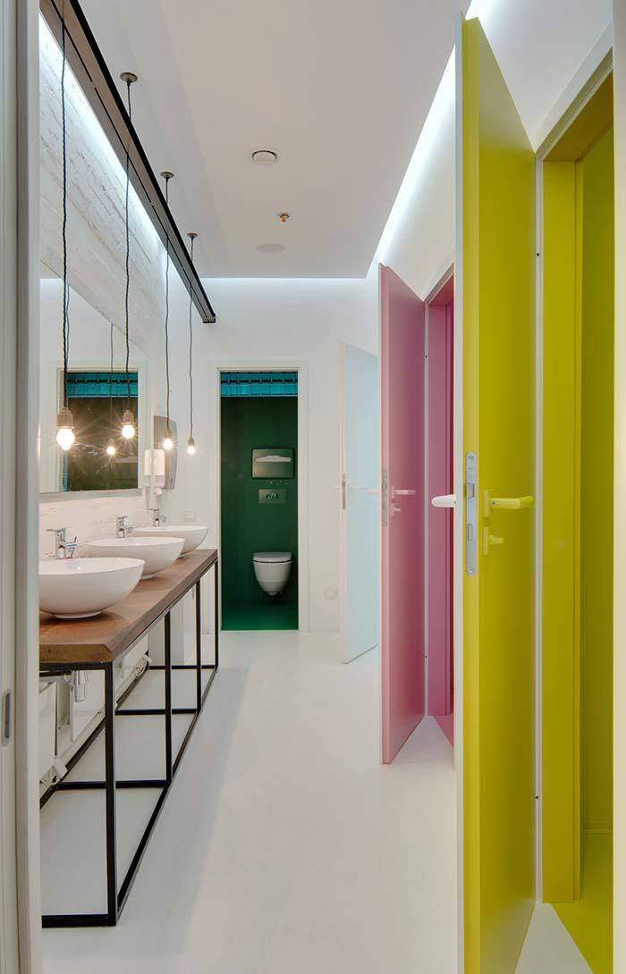 Portas coloridas no banheiro feminino