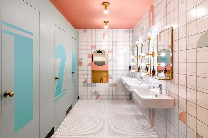 Iluminação no banheiro feminino