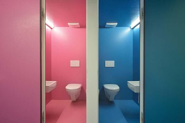 Tradicional rosa e azul dividindo as areas no banheiro