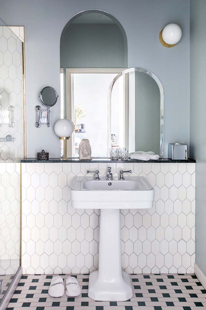 Espelhos que parecem janelas no banheiro