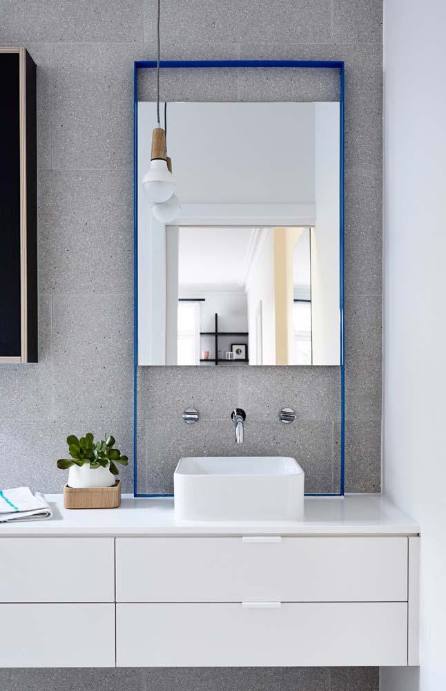 Espelho para banheiro com moldura vazada