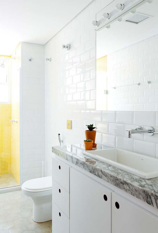 Banheiro branco com espelho simples