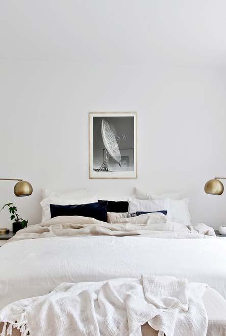 Quarto branco num estilo contemporâneo sofisticado