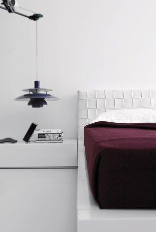 Quarto branco com elementos decorativos funcionais