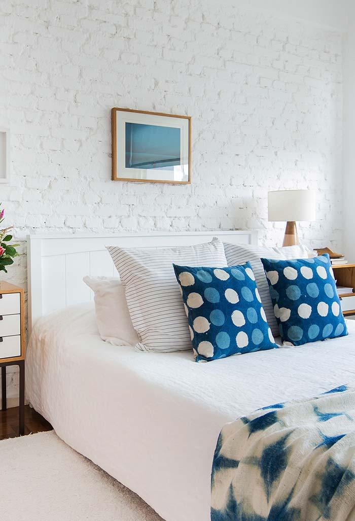 Quarto branco com azul e madeira
