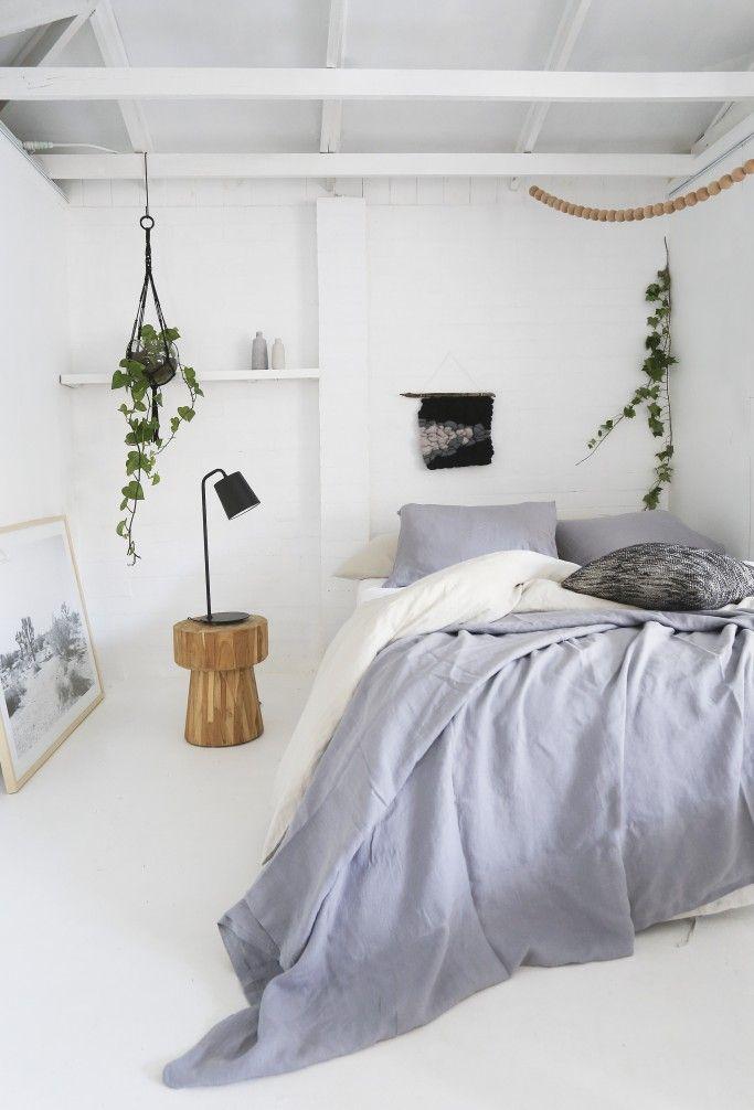 Quebrando o branco do quarto com elementos naturais