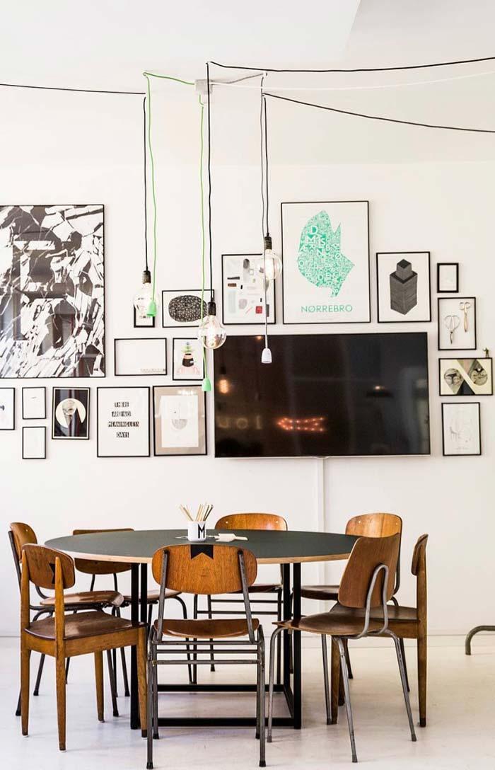 Cadeiras baixas e mesa redonda para uma sala de jantar descontraída