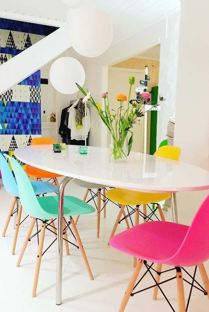 Cadeiras coloridas para uma sala de jantar divertida