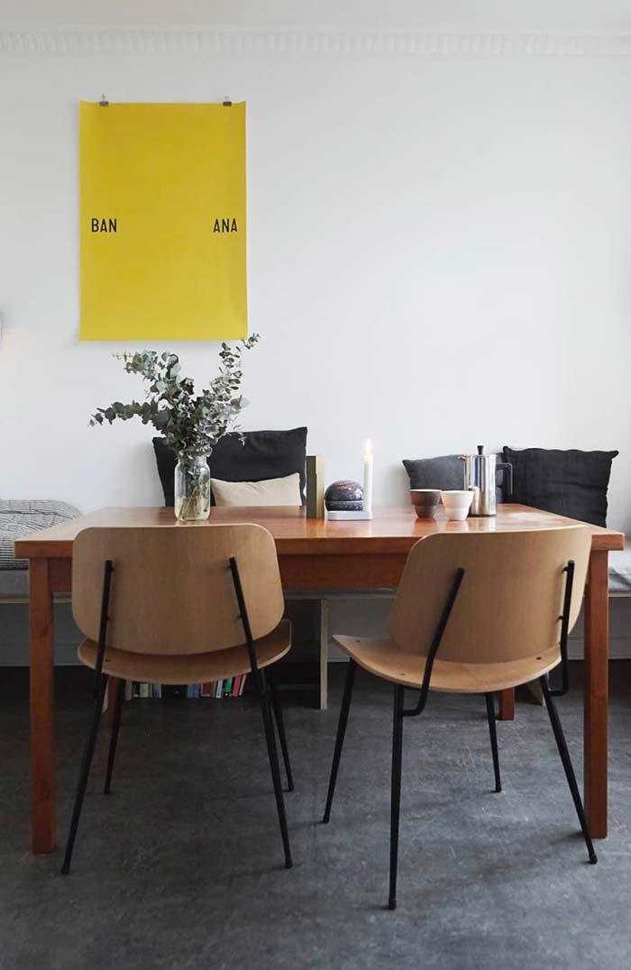 Decoração de sala de jantar com banco e cadeiras