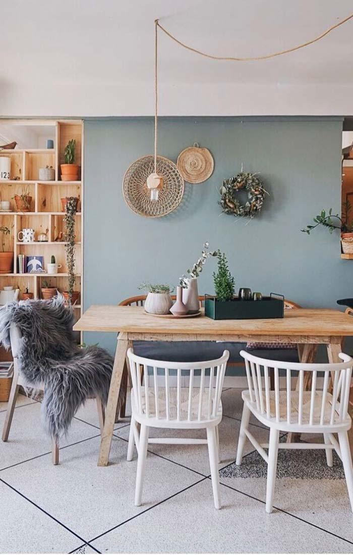 Mesa de cavaletes com cadeiras e banco