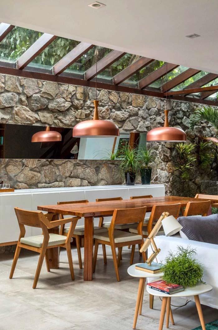 Mesa de jantar sob o teto de vidro