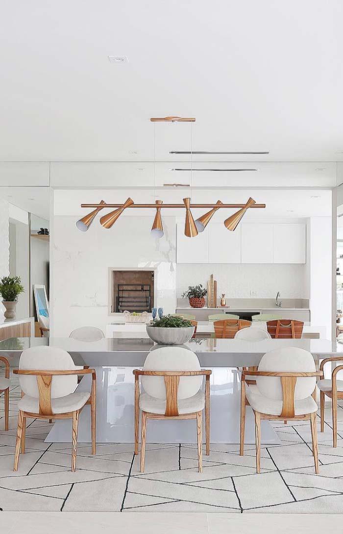 Cobre e madeira para contrastar a decoração branca da sala de jantar